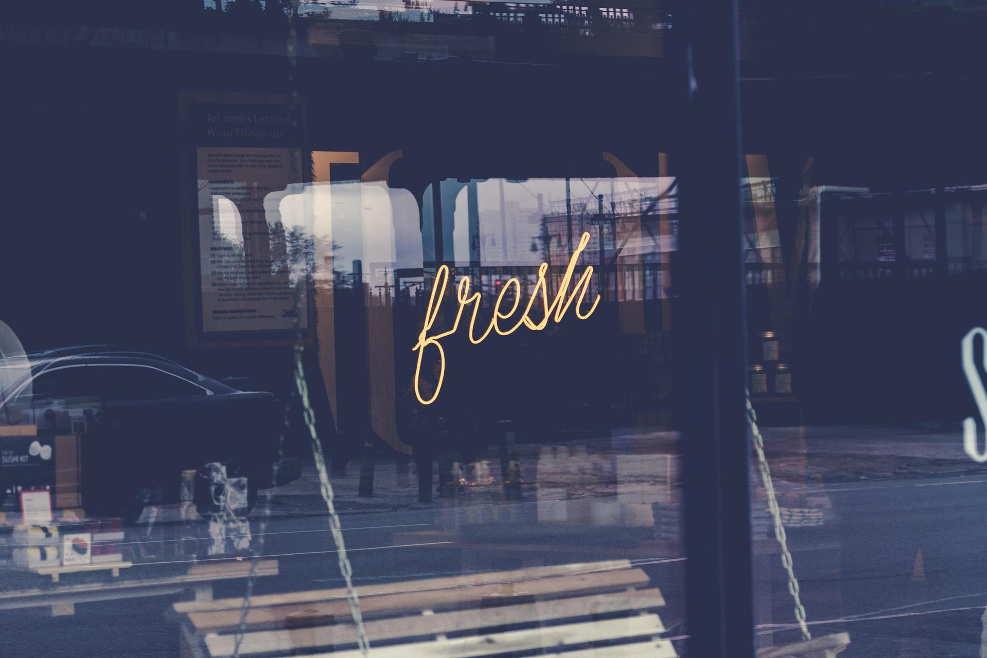 """Schaufenster mit Leuchtreklame """"fresh"""""""